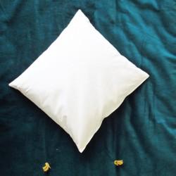 Coussin en balles d'épeautre dans une enveloppe en coton blanc
